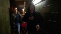 Джеремайя помогает Каре и Мон-Элу сбежать