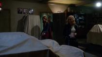 Кара, Кэт и Макс приходят на старую телевизионную станцию