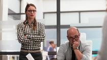 Кара и Снаппер слушают рассказ женщины