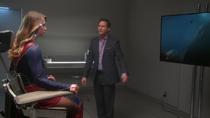 Клон смотрит видео о Супергёрл