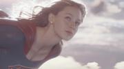 Супергёрл пролетает над Нэшнл-Сити