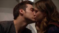 Поцелуй Кары и Мон-Эла