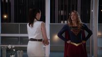 Лена приглашает Супергёрл на благотворительный вечер