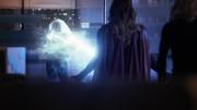 Кара спасает Кэт от электрического выстрела Лайввайр