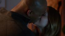 Джеймс целует Кару