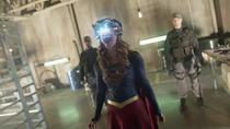 Кара разряжает свое тело лазерным зрением