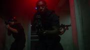 Хэнк с двумя агентами ищет Джемма