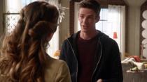 Барри говорит Каре, что им нужна её помощь