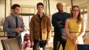 Уинн, Барри, Джеймс, Кара и Кэт обсуждают, как назвать нового супергероя