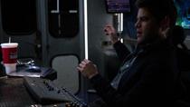 Уинн, сидя в фургоне, помогает Джеймсу сражаться Паразитом