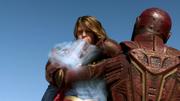 Супергёрл ледяным дыханием замораживает руку Красного Торнадо