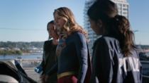 Кара, Алекс и Мэгги исследуют труп пришельца