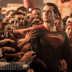 Superman junto a una multitud