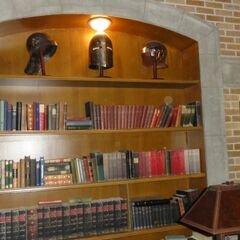 Книжный шкаф и шлемы