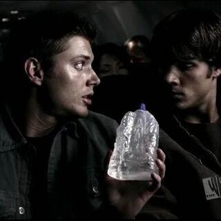 Дин и Сэм со святой водой в эпизоде