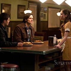 Ева встречает Винчестеров в баре