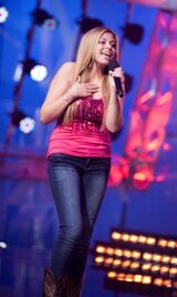 Shania-performing-on-THE-NEXT-STAR