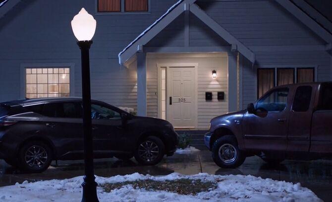 S03E09-Amy's house outside