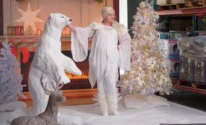 S04E02-Dina w polar bear
