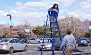 S03E21-Sandra on ladder