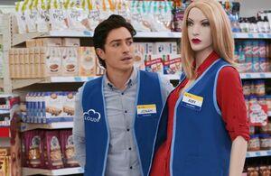 S01E04-Blonde Amy mannequin