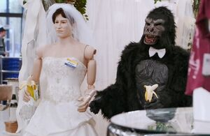 S01E04-5Mannequin-bride and ape