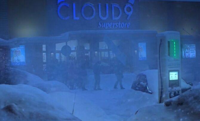 S04E12-Staff outside