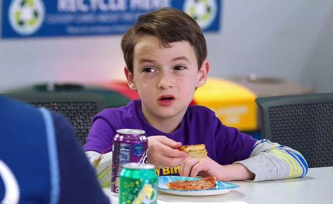 S02E18-Leo eating pizza