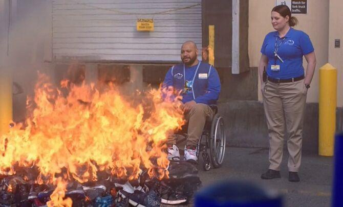 S04E20-Shoes burning