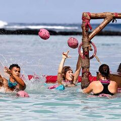 Samatau competes against Asaga in the <i>Surf Nuts</i> Reward Challenge.