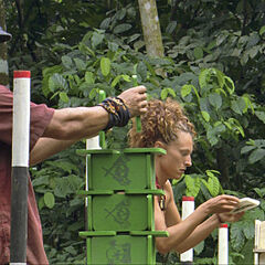 Russell competing against Jerri for individual immunity.