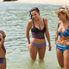 The 3 girls of Solana discussing in the ocean