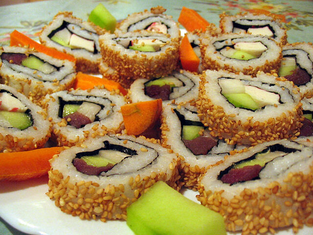 File:Western California roll and tuna roll in uramaki (カリフォルニア巻き).jpg
