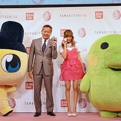 Rola with the company president at the 4U press conference.