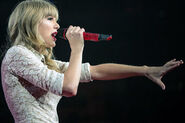 Taylor-swift-red-tour-pictures-video-456-1363285583