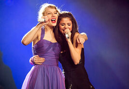 1322056958 taylor-swift-selena-gomez-467