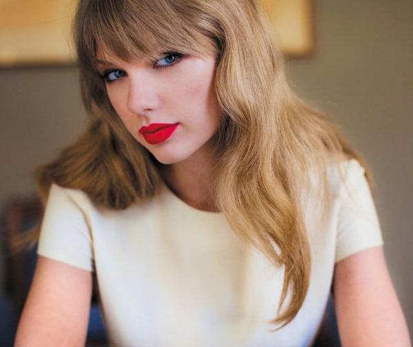 Photo of Kellie Pickler & her friend Taylor Swift