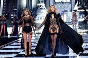 Taylor Swift and Karlie Kloss Victoria Secret fashion show 2015