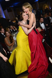 Taylor-Swift-Lena-Dunham-had-girls-moment-during-Globes