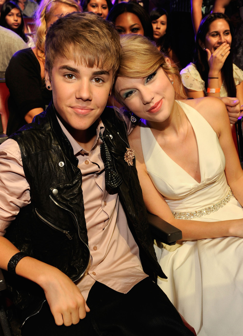 Who is justin bieber dating todays society