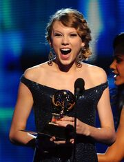Taylor-Swift-accepts-Grammy-January-2010