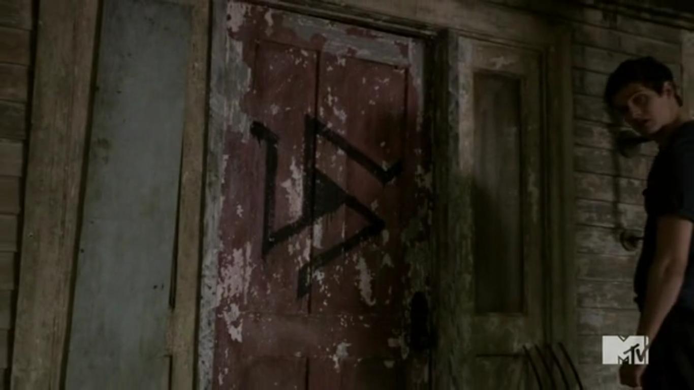 2x12 alpha pack symbol on Dereku0027s door.png & Image - 2x12 alpha pack symbol on Dereku0027s door.png | Teen Wolf Wikia ...