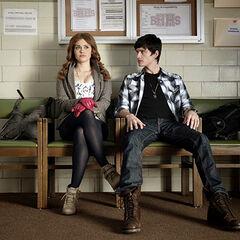 Lydia discute avec un jeune