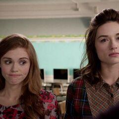 Lydia et Allison essayent de convaincre Derek de découvrir ce qu'est la marque.