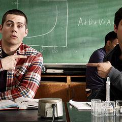 Scott et Stiles après avoir lancée une boulette de papier sur la tête de M.Harris pour aller dans le bureau du proviseur