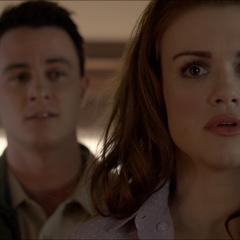 Discussion entre Lydia et Parrish à propos des meurtres de la famille Walcott.