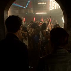 Stiles et Lydia arrivent dans la discothèque.