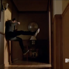 Scott balance Isaac contre un mur.