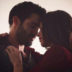 Derek et Jennifer juste avant de s'embrasser