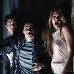 Isaac, Stiles et Erica tentent de retenir Jackson